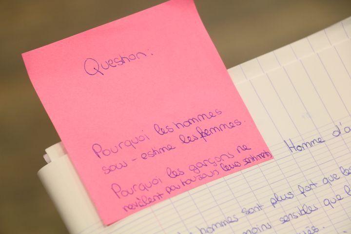 Une question écrite par une élève, lors d'un atelier de lutte contre le sexisme au collège Henri-Matisse, le 5 décembre 2017, dans le 20e arrondissement de Paris. (VALENTINE PASQUESOONE / FRANCEINFO)