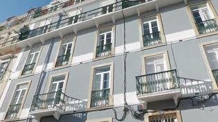 De plus en plus de Français font le choix de s'installer au Portugal. Des retraités à qui les jeunes emboîtent le pas. (FRANCE 2)