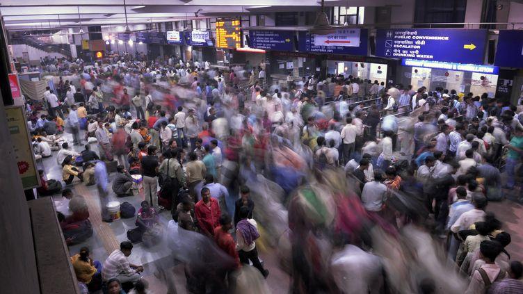 Une journée ordinaire dans une station de train de New Dehli en Inde le 25 octobre. La population du pays, estimée à 1,2 milliard de personnes devrait dépasser celle de la Chine d'ici 2020. (AFP)