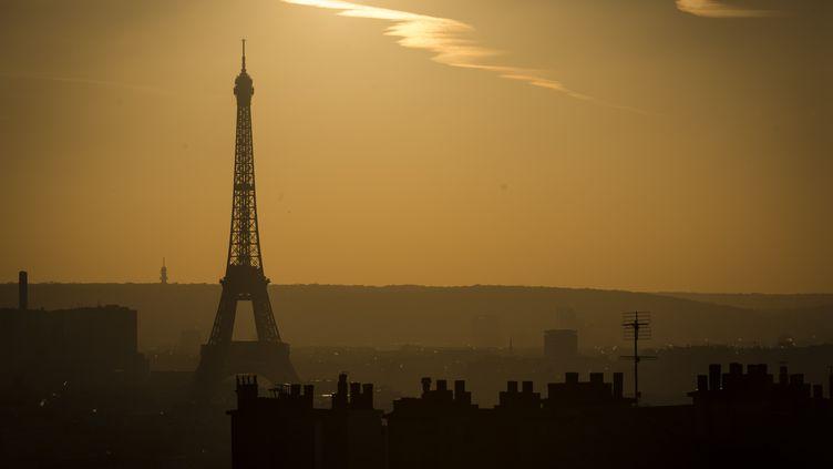 Paris sous une nuée de pollution le 3 décembre 2016. (LIONEL BONAVENTURE / AFP)