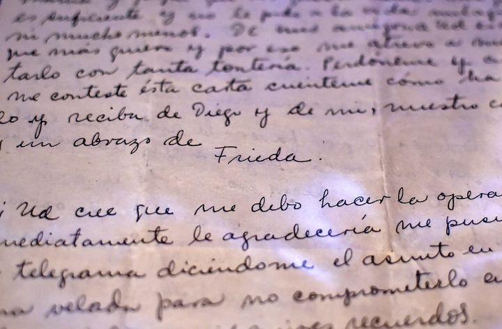 Lettre de Frida Kahlo exposée dans la maison de Diego Rivera  (RONALDO SCHEMIDT / AFP)