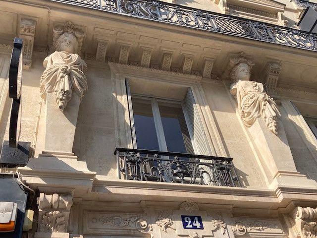 Au numéro 24, on admire aussi les Cariatides en buste qui ornent un immeuble cossu de 1830. (INGRID POHU / RADIO FRANCE)