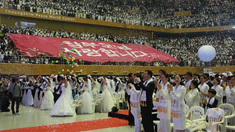 Le Centre mondial pour la paix CheongShim a accueilli les trois mille couples qui se sont mariés. Mais douze mille autres couples, dans le monde entier, ont pris part à la cérémonie via internet. L'Eglise de l'Unificaction a été fondée par le défunt révérend Sun Myung Moon. Il est décédé en 2012 à l'âge de 92 ans. Il avait présidé aux mariages de masse depuis le début des années 1960. La cérémonie du 20 Février 2016 a été dirigée par son épouse, en présence de 20.000 adeptes et invités. (Photo AFP)