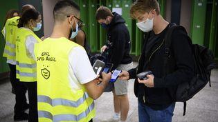 Le personnel de sécurité vérifie le certificat Covid des étudiants de l'université à l'École polytechnique fédérale de Suisse à Lausanne, le 21 septembre 2021. (LAURENT GILLIERON / KEYSTONE)