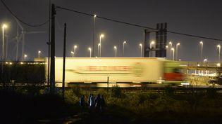 Un groupe de migrants tentent de rejoindre le site d'Eurotunnel, à Calais (Pas-de-Calais), le 18 décembre 2015. (ARTUR WIDAK / NURPHOTO)