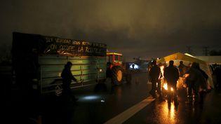 Des agriculteurs s'apprêtent à passer la nuit sur un pont de Nantes, samedi 9 janvier 2016, afin de protester contre le projet d'aéroport de Notre-Dames-des-Landes (Loire-Atlantique). (STEPHANE MAHE / REUTERS)