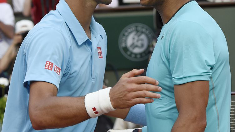 Novak Djokovic félicite Rafael Nadal pour sa victoire à Roland-Garros en 2014 (DOMINIQUE FAGET / AFP)
