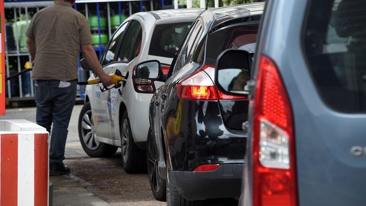 Des automobilistes font la queue pour faire le plein de carburant, le 20 mai 2016 à Rennes (Ille-et-Vilaine). (DAMIEN MEYER / AFP)