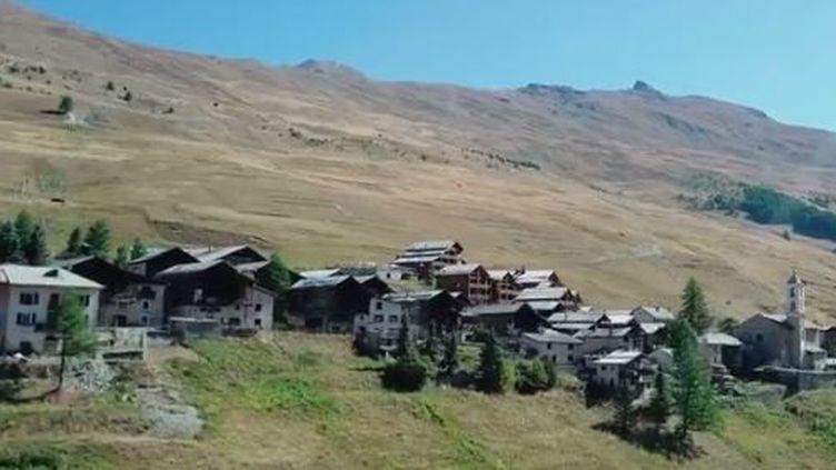 La maire de Saint-Véran (Hautes-Alpes) porte à bout de bras un projet de téléphérique pour rendre le village plus accessible aux touristes. (FRANCE 3)