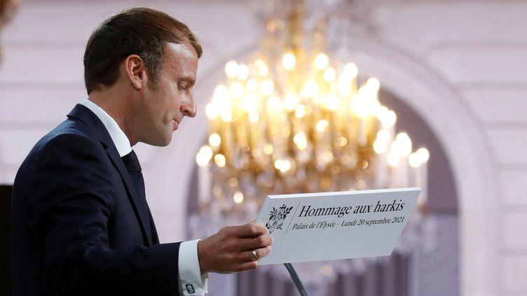 Emmanuel Macron donne un discours en mémoire des harkis, le 20 septembre 2021, au palais de l'Elysée à Paris. (GONZALO FUENTES / AFP)