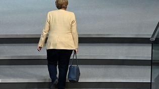 Angela Merkel quitte le Bunderstag, le parlement allemand, le 7 septembre 2021. (JOHN MACDOUGALL / AFP)