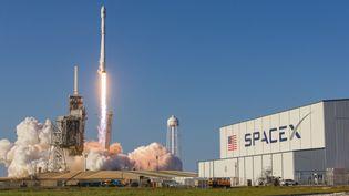 Une fusée Falcon 9 décolle de Floride (Etats-Unis), le 30 mars 2017. (MICHAEL SEELEY / CROWDSPARK / AFP)