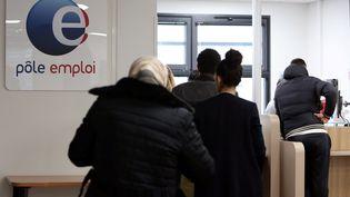 Une file d'attente à un bureau Pôle emploi de Nice (Alpes-Maritime), le 10 novembre 2016. (MAXPPP)