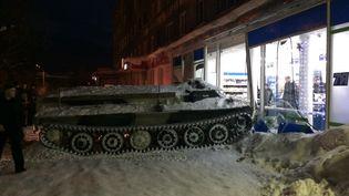 Un véhicule blindé a terminé sa course dans la devanture d'un supermarché dans la région de Mourmansk (Russie), le 10 janvier 2018. (HIBINY)