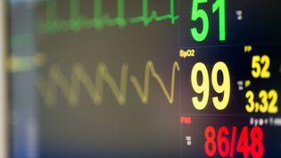 Un moniteur cardiaque pendant une opération chirurgicale. (GARO / PHANIE / AFP)