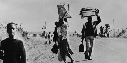 Ces personnes marchent sur la route le 23 août 1976 en raison d'une grève des transports décidée par des militants anti-aparthedi après des violences dans le township de Soweto, près de Johannesburg, (AFP)