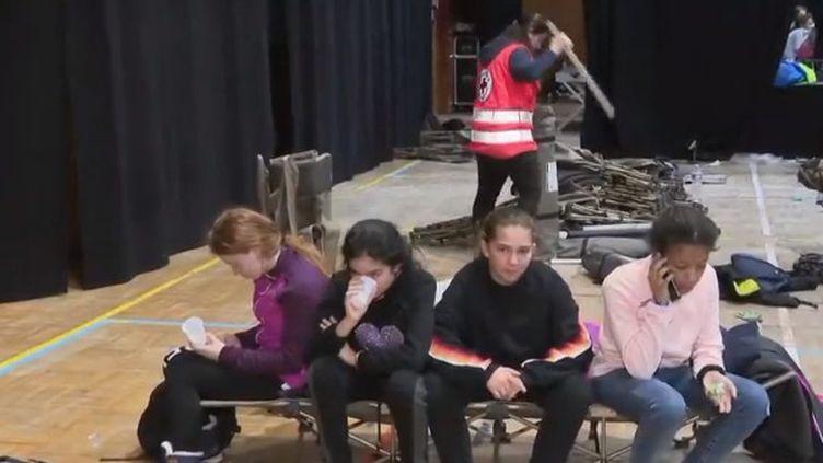 Dans les Hautes-Alpes, près de 150 collégiens n'ont pas pu rentrer chez eux. Ils ont dû dormir dans un gymnase, vendredi 1er février. (France 2)