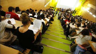 Des étudiants suivent un cours dans un amphithéâtre de la faculté de médecine de Paris, le 27 janvier 2016. (MAXPPP)