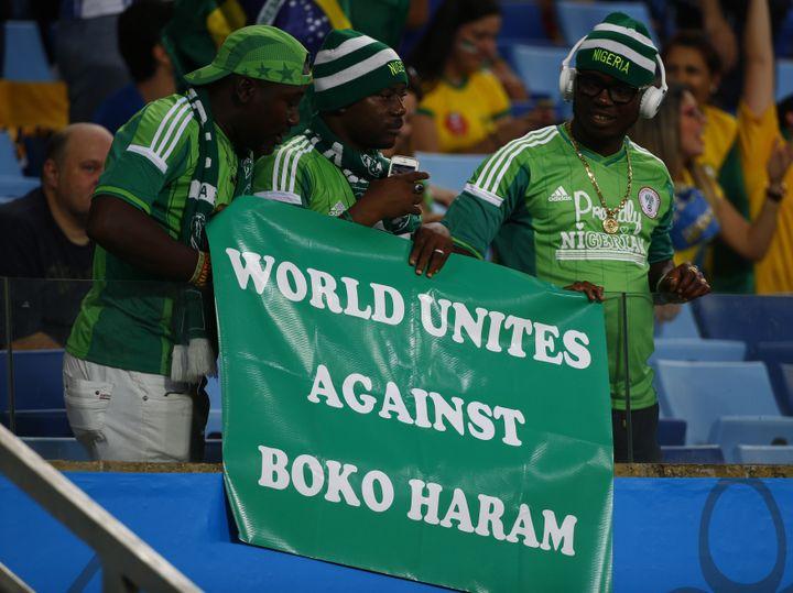 Des supporters du Nigeria brandissent une banderole hostile à Boko Haram, lors du match Nigeria-Bosnie-Herzégovine, le 21 juin 2014, à Cuiaba (Brésil). (MICHAEL DALDER / REUTERS)