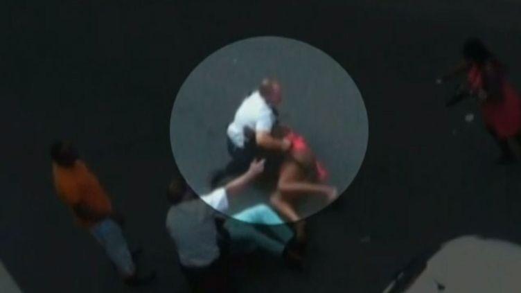 Un policier lors d'une interpellation à Joué-lès-Tours (Indre-et-Loire), le 18 août 2013. (FRANCE 2 / FRANCETV INFO)