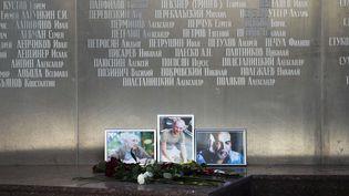 Des photos des journalistes russes (RL) Alexander Rastorguyev, Kirill Radchenko et Orkhan Dzhemal, récemment tués en République centrafricaine, ont été déposées devant le bâtiment de l'Union des journalistes russes à Moscou (1er auût 2018).