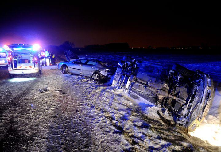 Un véhicule renversé lors d'un accident sur l'A27, le 11 mars 2013. ( MAXPPP)