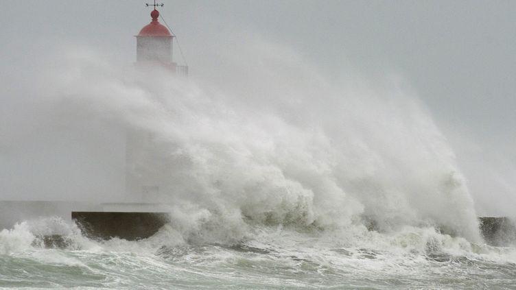 Le phare du Guilvinec (Finistère), le 14 février 2014. (JEAN-SEBASTIEN EVRARD / AFP)