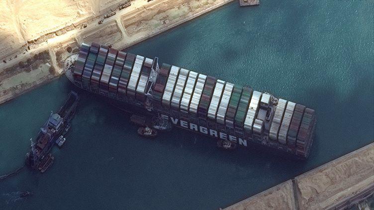 """Le porte-conteneurs géant """"Ever Given"""", le 26 mars 2021 dans le canal de Suez (Egypte). (SATELLITE IMAGE MAXAR TECH / AFP)"""