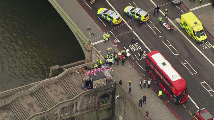 Vue aérienne du pont de Westminster à Londres où interviennent des ambulances, le 22 mars 2017. (AP /SIPA)