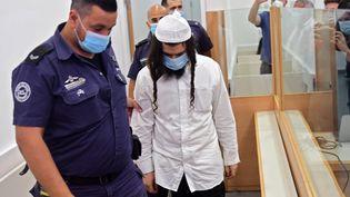 Amiram Ben-Ouliel, un colon isréalien poursuivi pour le meurtre d'une famille palestinienne, arrive au tribunal de Lod, le 18 mail 2020. (AVSHALOM SASSONI / POOL)