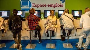 Des personnes consultent des offres d'emploi à Lille, le 28 mai 2015. (Photo d'illustration) (PHILIPPE HUGUEN / AFP)