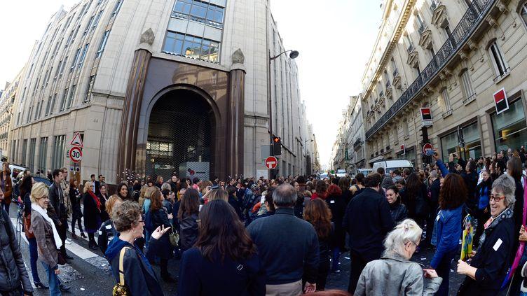 Des salariés rassemblés devant le siège du groupe Lagardère, à Paris, le 21 octobre 2013. (BERTRAND GUAY / AFP)
