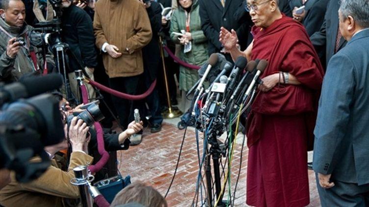 Après sa rencontre avec Obama, le 18 février 2010, le dalai-lama s'adresse aux médias devant la Maison Blanche. (AFP - Paul J. Richards)