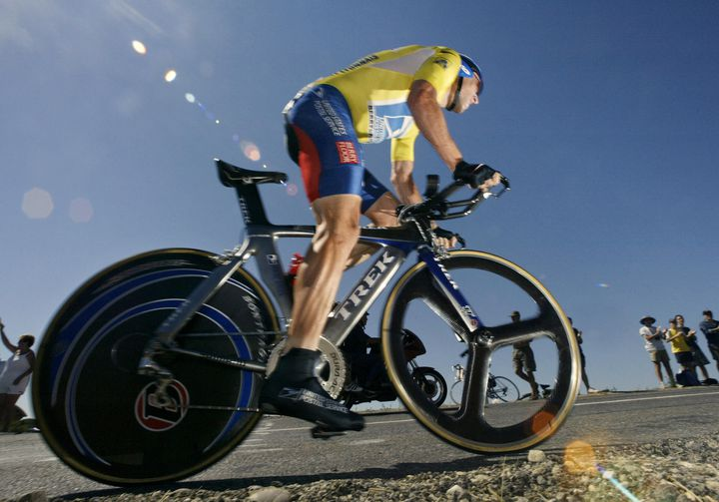 Lance Armstrong lors du contre-la-montre du Tour de France entre Gaillac et Cap Découverte, le 18 juillet 2003. (PAOLO COCCO / AFP)
