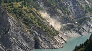 Un glissement de terrain sur le lac du Chambon (Isère), le 5 juillet 2015. (PHILIPPE DESMAZES / AFP)