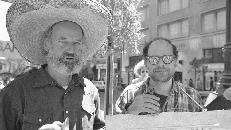 Le poète LawrenceFerlinghetti (à gauche) au côté d'Allen Ginsberg, en août 1971, à San Francisco (Californie, Etats-Unis). (SAL VEDER / AP / SIPA)