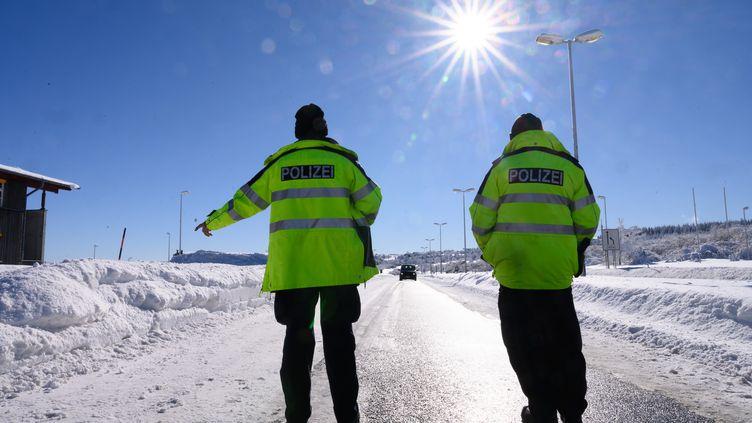 Des policiers allemands contrôlent les accès routiers à la frontière avec la République Tchèque, le 14 février 2021. (SEBASTIAN KAHNERT / AFP)