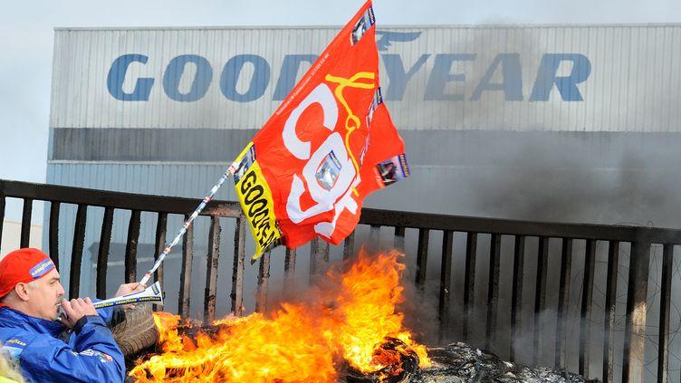 Un salarié manifeste devant le site de Goodyear Amiens-Nord (Somme), le 5 décembre2013. (DENIS CHARLET / AFP)