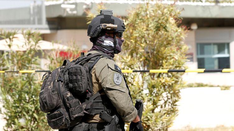 Un membre de la brigade anti-terroriste patrouille à l'extérieur de l'ambassade des Etats-Unis à Tunis après une opération jihadiste le 6 mars 2020. (ZOUBEIR SOUISSI / X02856)