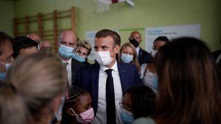Le président Emmanuel Macron visite une école à Marseille, le 2 septembre 2021. (DANIEL COLE / AFP)