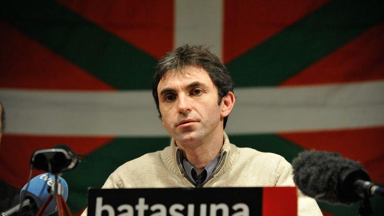 Le porte-parole et membre du bureau politique de Batasuna, Xabi Larralde, lors d'un point presse du mouvement indépendantiste basque le 14 janvier 2011 à Paris. (MAXPPP)