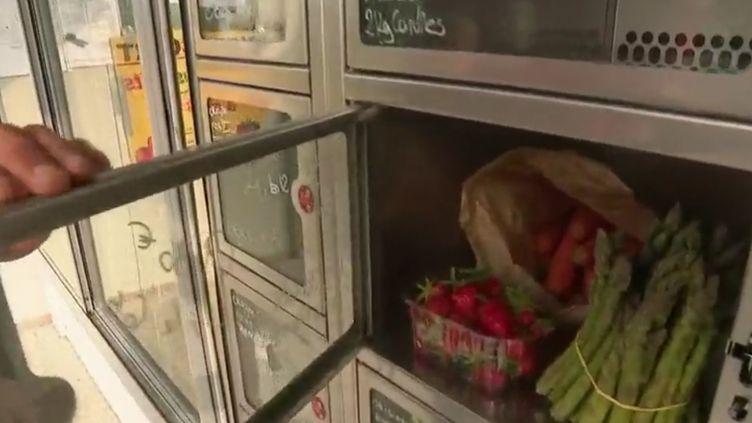 Désormais, on peut acheter de plus en plus de produits frais dans des distributeurs automatiques. Ce type d'offres se développe beaucoup dans le Nord. Le concept : des casiers en libre-service toute la journée avec du 100 % local. (FRANCE 2)