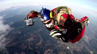 Luke Aikins a déjà réalisé plus de 16 000 sauts en parachute ou en combinaison de base jumper. ( YOUTUBE / FRANCETV INFO )