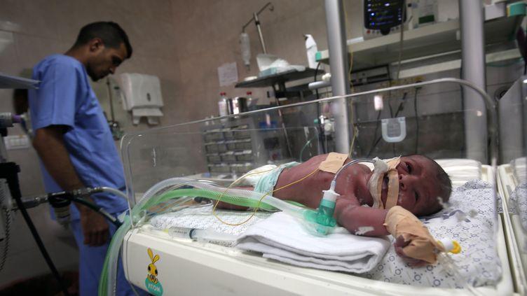 Le service de néonatalogie de l'hôpital al-Shifa à Gaza est inquiet des coupures d'électricité pour les couveuses, particulièrement surveillées. (SAID KHATIB / AFP)