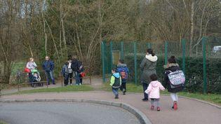 Des enfants devant l'écoleélémentaire du Mas de la Raz, à Villefontaine (Isère), dont ledirecteurestsoupconnéde viols sur des élèves, le 24 mars 2015. (ALLILI MOURAD / SIPA)