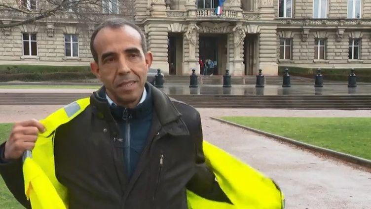 """Abel Ouali, 55 ans, est un ancien commerçant qui vit à Hœnheim (Bas-Rhin), près de Strasbourg. """"Gilet jaune"""" convaincu, il a lui aussi pris ses distances il y a deux semaines, meurtri par toute cette brutalité.  (CAPTURE D'ÉCRAN FRANCE 3)"""