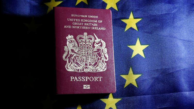 Un passeport britannique posé sur un drapeau de l'Union européenne, le 20 juin 2016, à Bruxelles. (FRANCOIS LENOIR / REUTERS)