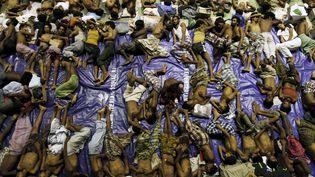 Des migrants se reposent entassés dans un abri àLhoksukon (Indonésie), le 11 mai 2015, après avoir été secourus en mer. (RONI BINTANG / REUTERS)