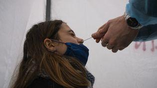 Un test antigénique pratiqué le 19 décembre 2020, à Paris. (JEANNE FOURNEAU / HANS LUCAS / AFP)