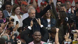 Lula, après sa sortie de prison, à Curitiba, au Brésil, le 8 novembre 2019. (CARL DE SOUZA / AFP)